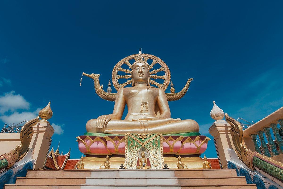 Ansicht des Big Buddha im Tempel Wat Phra Yai bei blauen Himmel