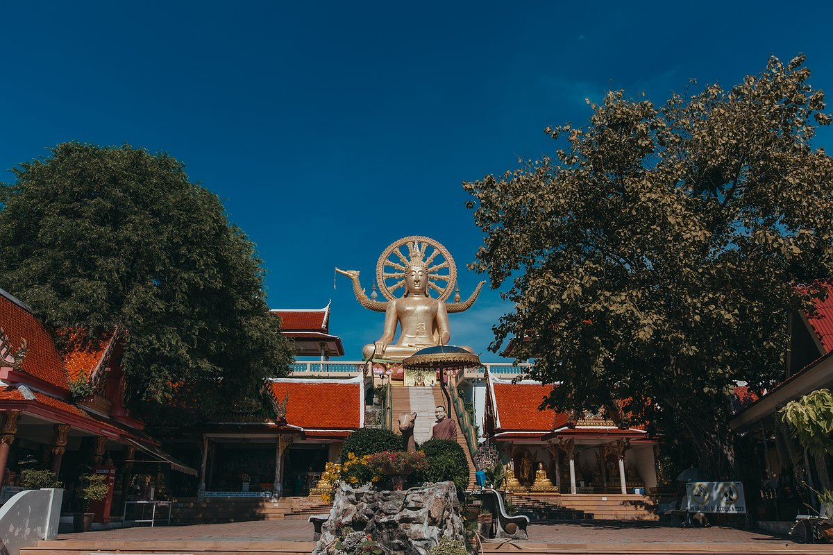 Frontansicht de Big Buddha Statue auf Koh Samui bei blauen Himmel
