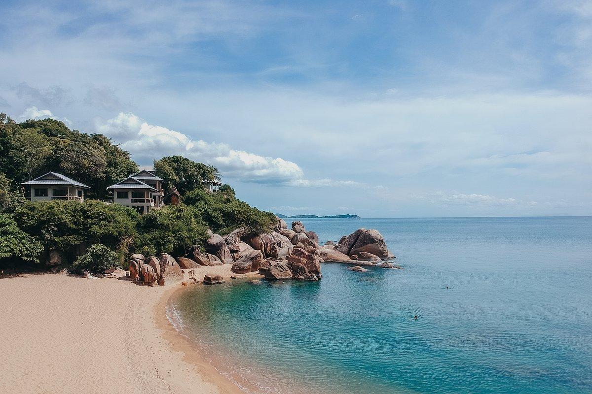 Coral Cove Beach Koh Samui - Luftaufnahme der Strandes mit der Drone. Im Blick die Felsformationen und Villen