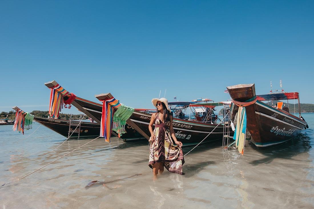 Meine Frau vor den bunten Long Tail Booten auf Koh Madsum