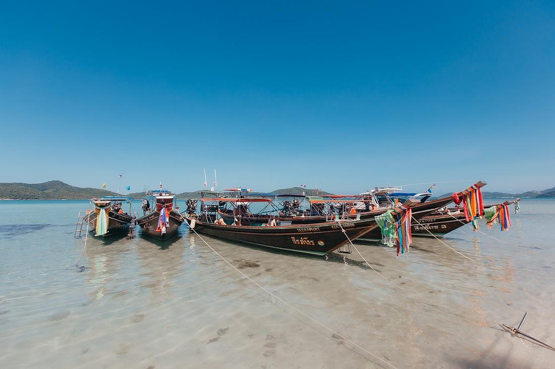 Longtail Boote liegen am Strand von Koh Madsum