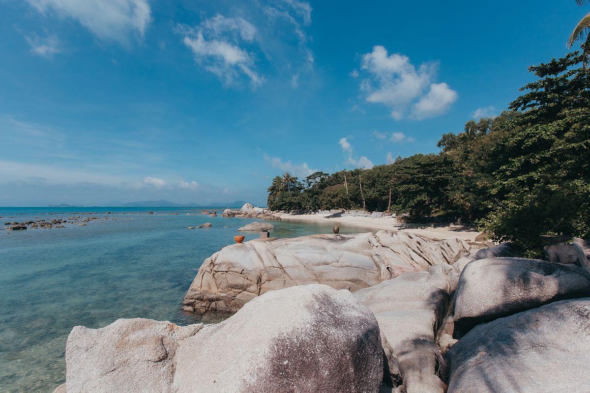 Laem Set Beach Koh Samui bei blauen Himmel