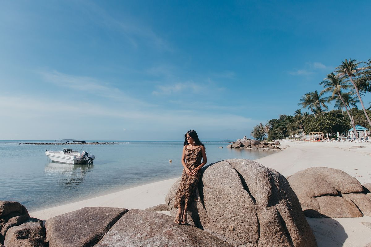 Ansicht Laem Set Beach Koh Samui Frau posiert an Felsformation im Meer