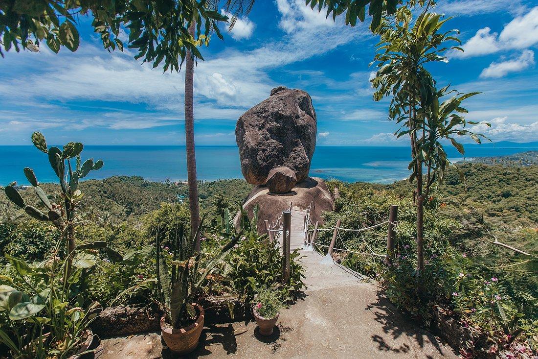 Vorderansicht des Overlap Stone Koh Samui