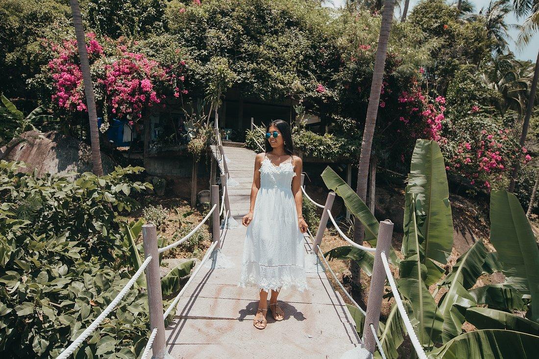 Overlap Stone Koh Samui. Frau im weißen Kleid posiert auf der Brücke