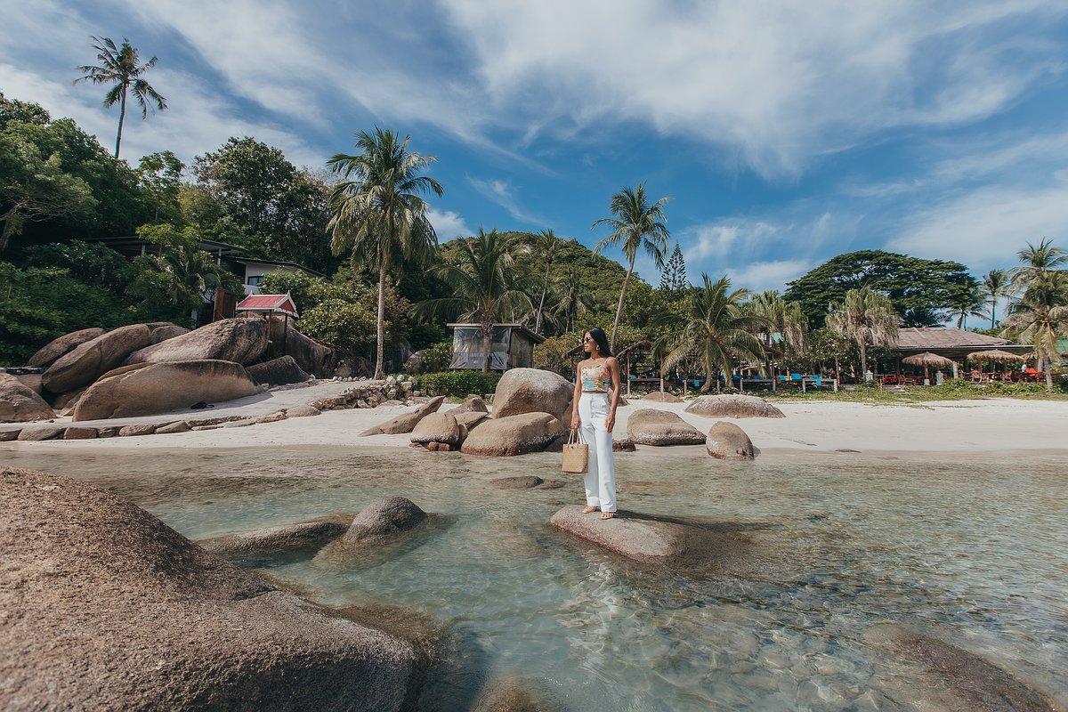 Silver Beach Koh Samui - Frau posiert im Wasser vor dem Strand