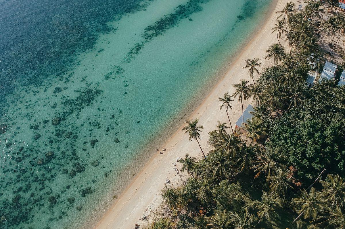 Drohnenaufnahme Taling Ngam Beach Koh Samui Kokospalmen am Strand