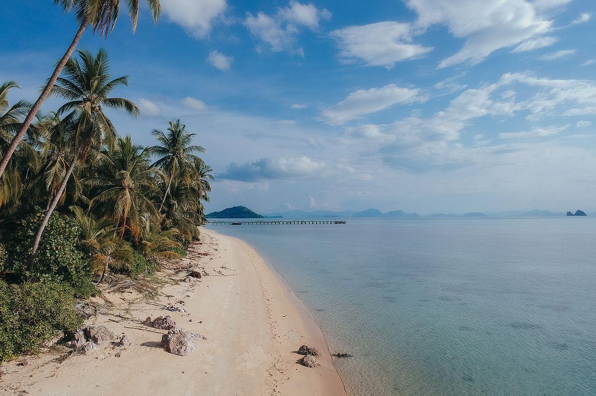 Taling Ngam Beach Koh Samui. Drohnenaufnahme eines leeren Strandes mit Blick auf den Steg des Intercontinental Hotels
