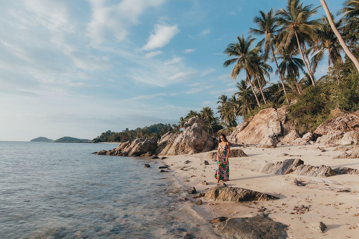 Taling Ngam Beach Koh Samui. Strand und felsige Landschaft