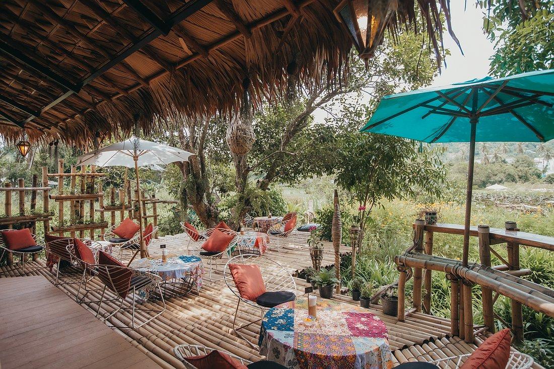 Die Sitzgelegenheiten des The Nature Samui mit Blick auf den weitläufigen Garten.