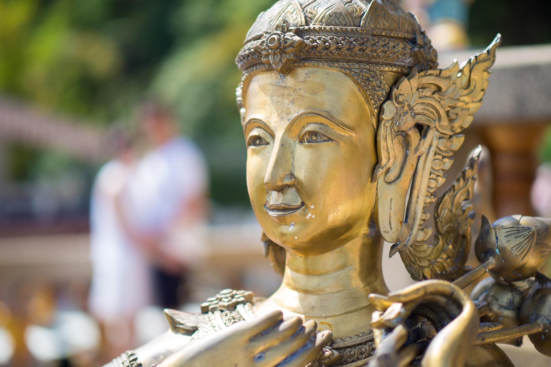 Verhaltensregeln in Thailand. in Abbildung Buddha Statue im Tempel