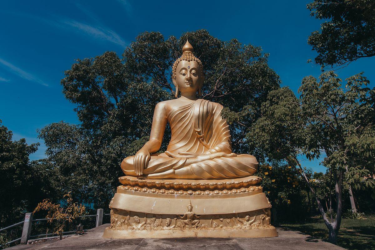 Wat Khao Chedi Tempel Koh Samui - Frontansicht des der goldenen Buddha Statue