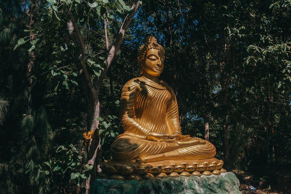 Goldene Buddha Staute im Wat Khao Chedi