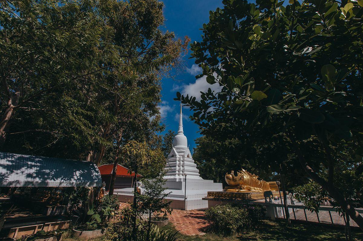 Ansicht des weißen Chedi im Wat Khao Chedi Tempel Koh Samui -