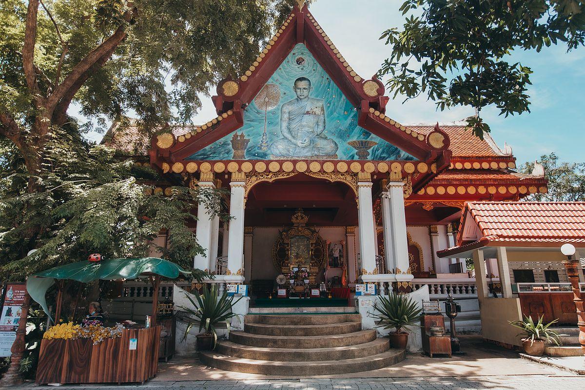 Vorderansicht Wat Khunaram Koh Samui Tempel