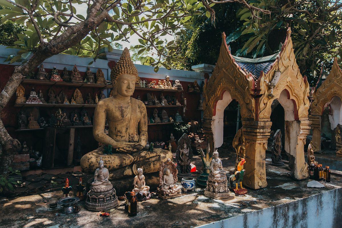 Buddha Statuen im Wat Kunaram Koh Samui Tempel