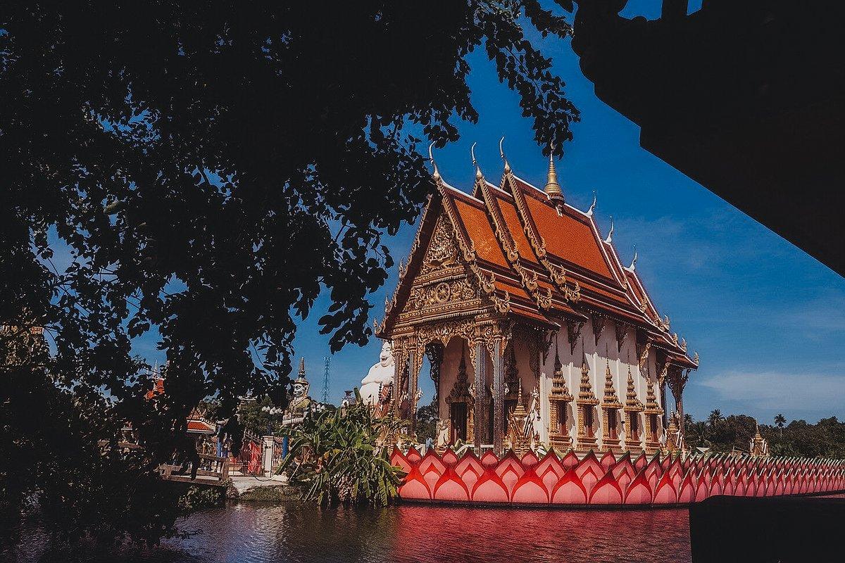 Abbildung der Ordinationshalle die auf einem Floß errichtet ist. Tempel Wat Plai Leam auf Koh Samui