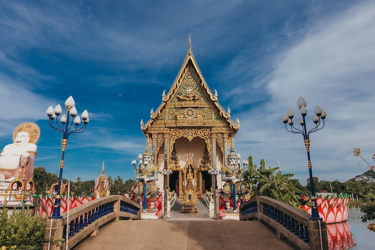 Vorderansicht der Ordinationshalle des Wat Plai Leam auf koh Samui