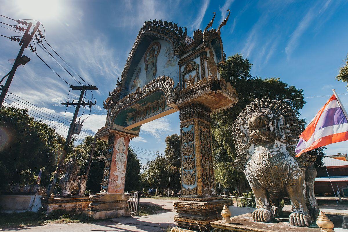 Das Eingangstor zum Tempel Wat Samret auf Koh Samui