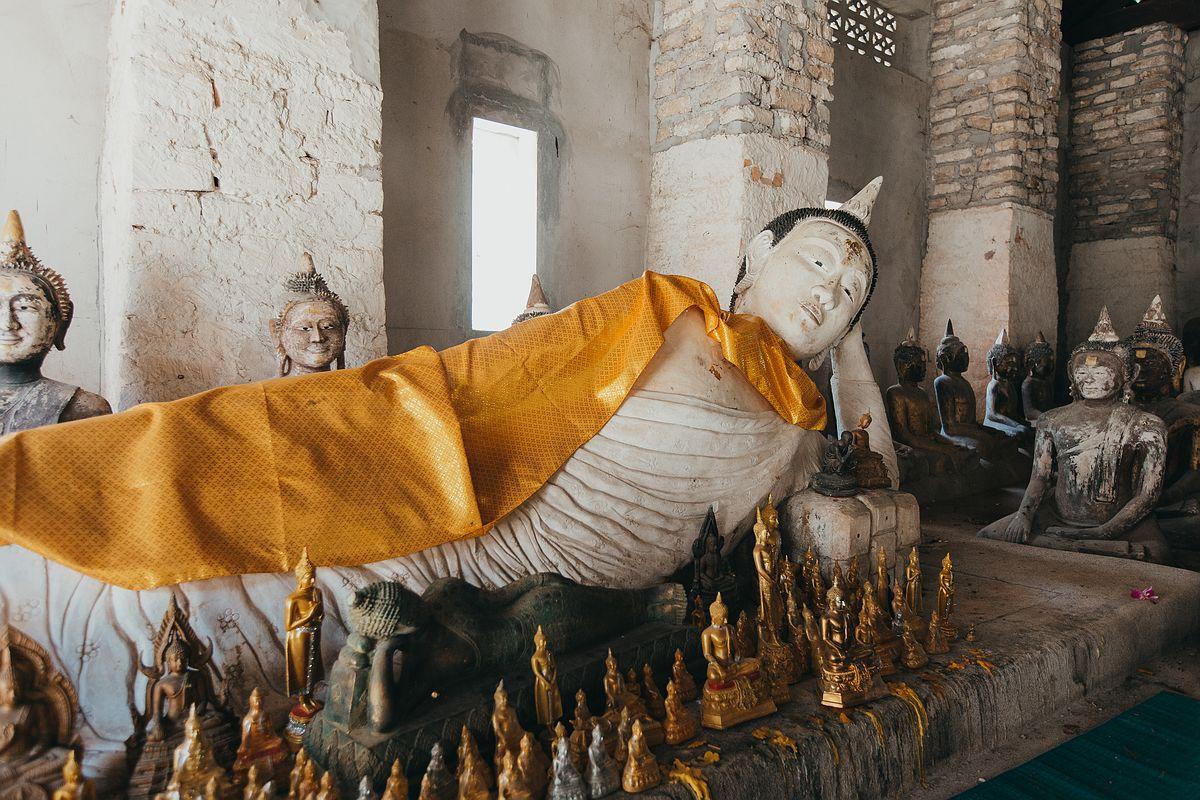 Eine weiße liegende Buddha Statue im Tempel Wat Samret Koh Samui