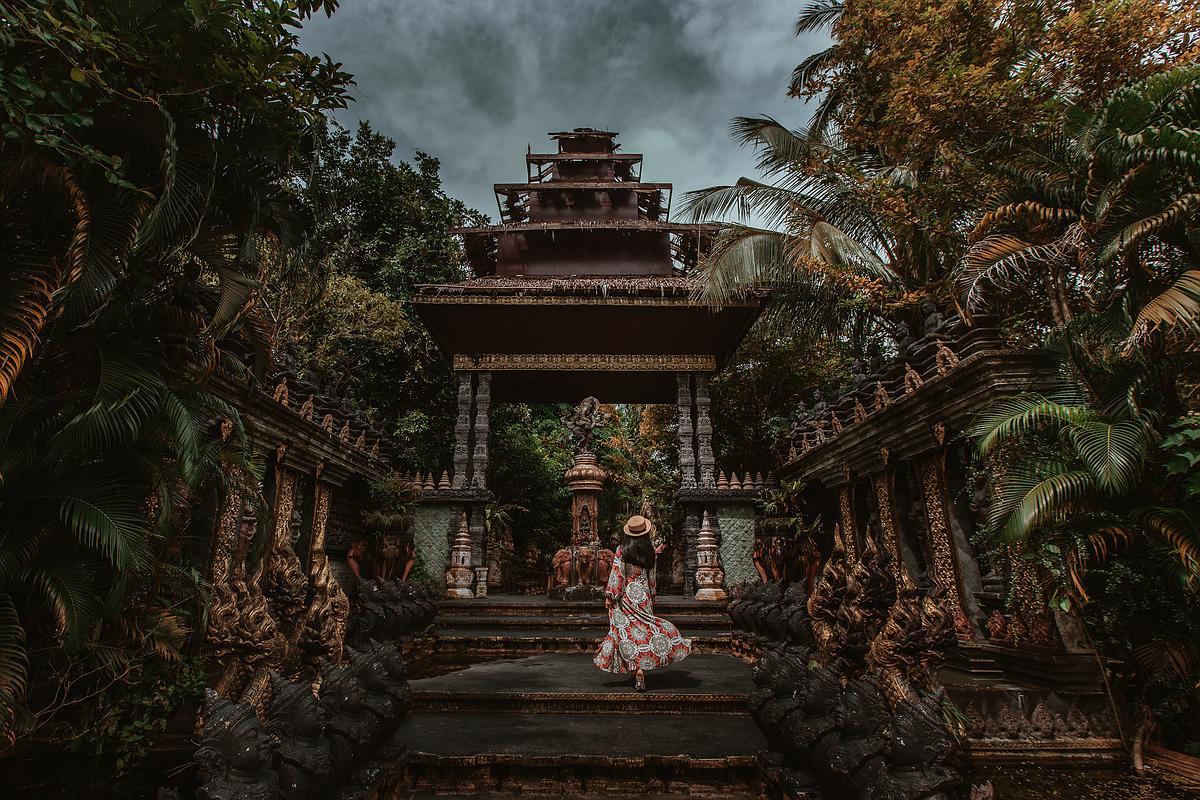 Dusit Dheva Koh Samui Cultural Center Abbildung des Eingangsbereiches mit Frau im Kleid