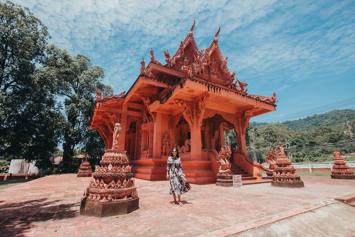 Der Wat Sila Ngu - Vorderansicht des roten Tempel