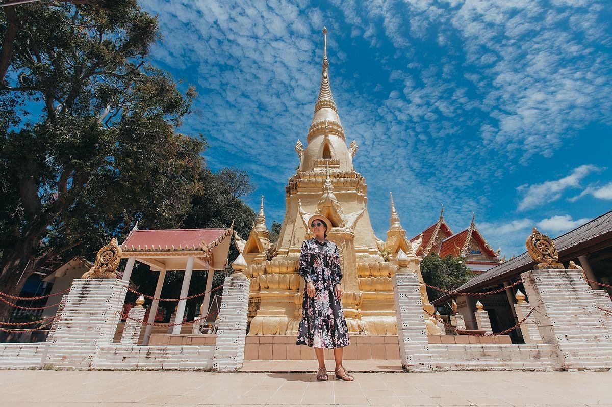 Der goldene Chedi des Wat Sila Ngu auf der Ferieninsel Koh Samui